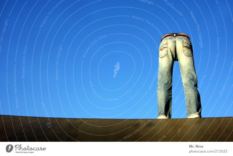 ___ll_ Gesäß Beine Wolkenloser Himmel Hose Jeanshose Gürtel dünn blau Hinterteil stehen trashig Jeansstoff jeansblau Mode verrückt Hosentasche Körperhaltung