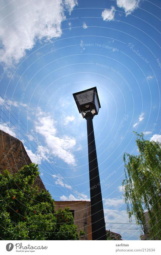 Motiv zu mittig Himmel Wolken Sonne Sommer Schönes Wetter Kleinstadt Haus Gebäude glänzend leuchten ästhetisch dünn lang Wärme blau schwarz standhaft Einsamkeit
