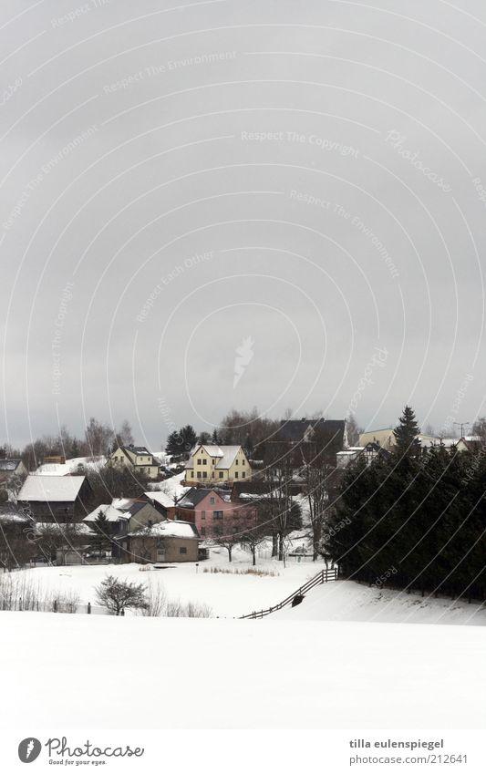 fühlt sich grad so an Natur Winter Haus ruhig dunkel kalt Schnee klein Stimmung Feld Häusliches Leben trist Dorf Heimat stagnierend schlechtes Wetter