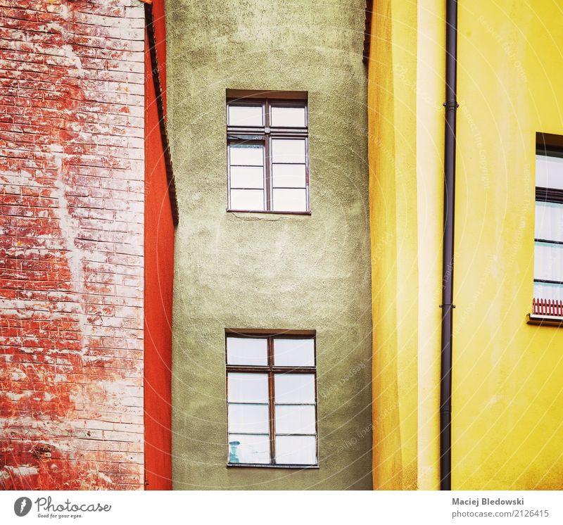 Alte Hausfassade Häusliches Leben Wohnung Gebäude Architektur Fassade alt retro Stimmung Großstadt Wand gefiltert Fenster Mietshaus wohnbedingt Instagrammeffekt