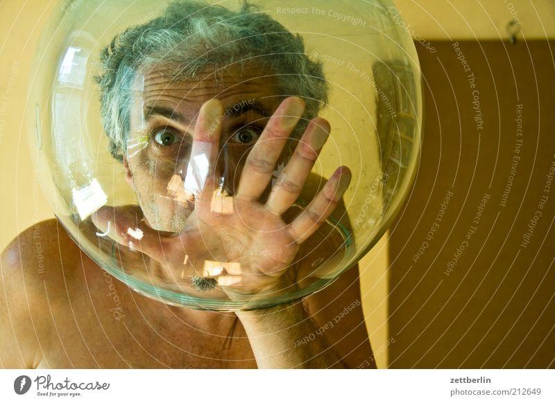 Zweitausend - ein neues Kapitel tauchen Mann Erwachsene Kopf Gesicht Auge Hand Finger 45-60 Jahre Helm Aquarium Glas Kugel atmen skurril Trennung ersticken