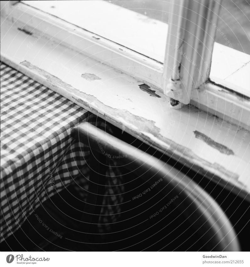 analoger Wintergarten II Stuhl Tisch Fensterbrett Fensterscheibe Holz alt dunkel eckig einfach trist Stimmung Schwarzweißfoto Innenaufnahme Menschenleer