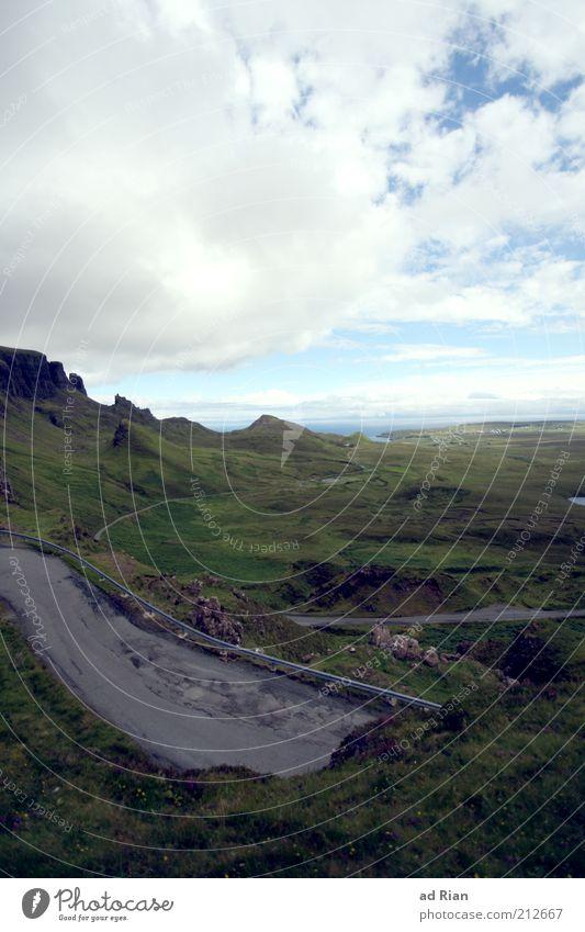 strassenstück Landschaft Wolken Horizont Hügel Felsen Farbfoto Ferne Weide Himmel Menschenleer trist Natur