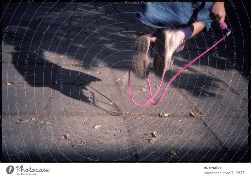 Seilspringen Lifestyle Freizeit & Hobby Spielen Kind Mädchen Kindheit Jugendliche Leben Beine Fuß 1 Mensch Umwelt Schönes Wetter Bewegung retro Freude