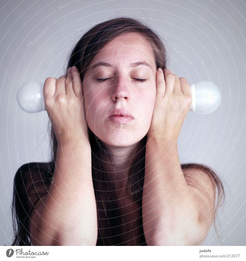 Energieströme Frau Mensch Jugendliche Gesicht ruhig feminin Erwachsene Coolness außergewöhnlich Gelassenheit hören brünett geschlossene Augen Glühbirne