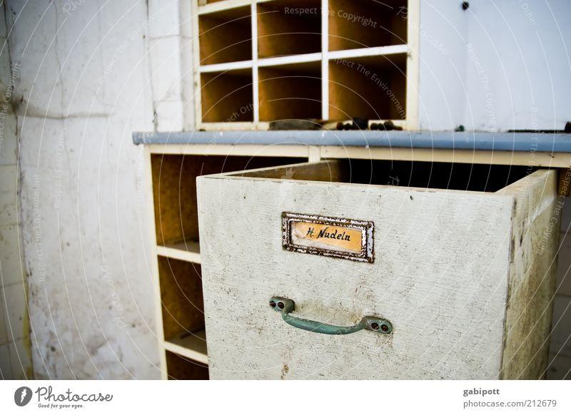 haltbare Hochzeitsnudeln aus Hartweizengrieß alt Schilder & Markierungen kaputt Wandel & Veränderung Häusliches Leben Vergänglichkeit geheimnisvoll Möbel Verfall trashig Vergangenheit Griff Schrank Regal Schublade Farbe