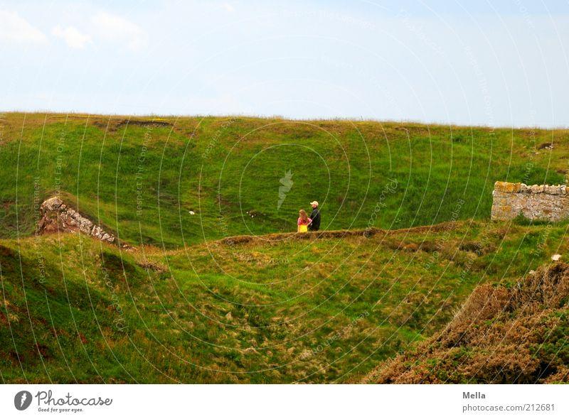 Groß und klein Mensch Natur grün Ferien & Urlaub & Reisen Wiese Umwelt Landschaft Gefühle klein Stimmung Zusammensein Ausflug stehen Spaziergang Hügel Vertrauen