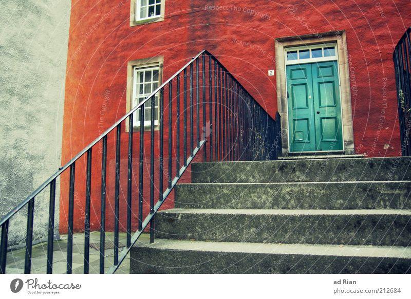 verschlossen Edinburgh Schottland Haus Mauer Wand Treppe Fenster Tür ästhetisch Farbfoto Treppengeländer Holztür Flügeltür Eingangstür Natursteinhaus Sauberkeit