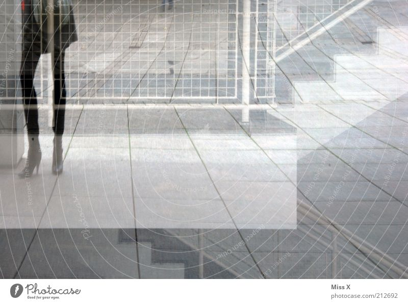 long legs feminin Junge Frau Jugendliche Beine 1 Mensch 18-30 Jahre Erwachsene Haus Platz Bauwerk Gebäude Treppe Fenster Rock Stiefel stehen Coolness trendy
