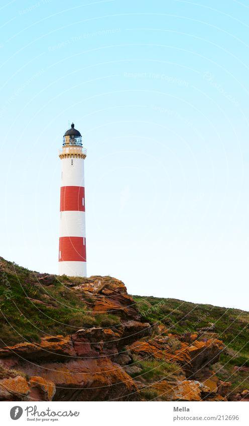 Heimleuchten Natur Himmel weiß rot Ferien & Urlaub & Reisen Ferne Stimmung Küste Umwelt Felsen Erde Sicherheit rund stehen Sehnsucht Hügel