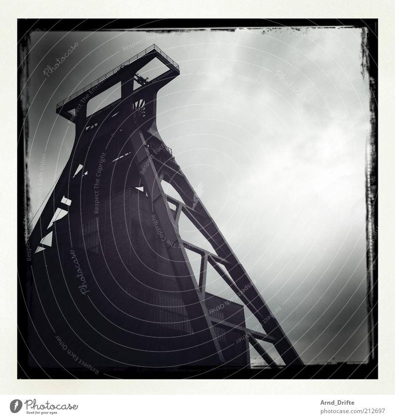 Zeche Zollverein alt Himmel Wolken dunkel kalt Gebäude Regen Architektur Wetter Umwelt Industrie Energiewirtschaft Technik & Technologie Kultur Stahl