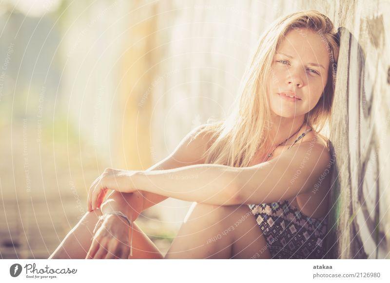 Portrait eines schönen blonden Mädchens Lifestyle elegant Stil Freude Glück Haare & Frisuren Gesicht Erholung Sommer Sonne Mensch Frau Erwachsene Natur Straße