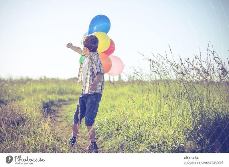 Glücklicher kleiner Junge, der auf Straße zur Tageszeit spielt. Mensch Kind Natur Ferien & Urlaub & Reisen Sommer Sonne Hand Freude Lifestyle Wiese