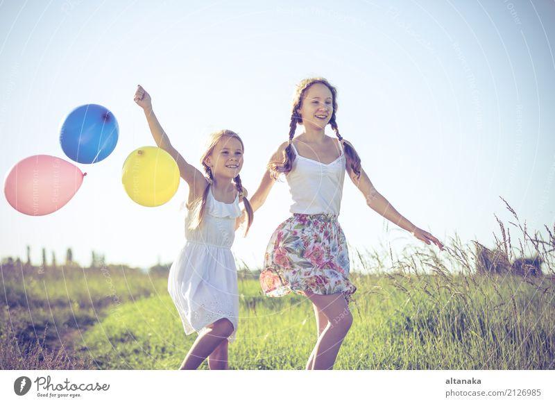 Glückliche kleine Kinder, die auf dem Gebiet zur Tageszeit spielen. Lifestyle Freude Freizeit & Hobby Spielen Ferien & Urlaub & Reisen Ausflug Abenteuer