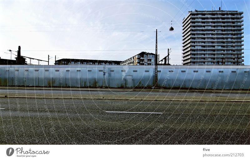 1 jahr später Himmel Stadt ruhig Haus Wolken Straße Wand Mauer Wege & Pfade Gebäude Hochhaus Verkehr leer Platz Asphalt Bauwerk