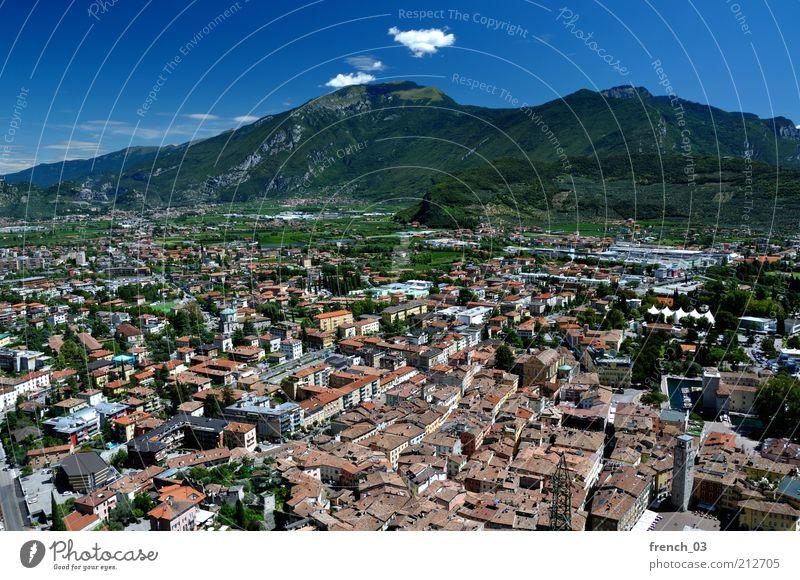 schöne Aussicht Ferien & Urlaub & Reisen Berge u. Gebirge Natur Luft Himmel Wolken Schönes Wetter Riva del Garda Italien Kleinstadt Haus Erholung Blick blau rot