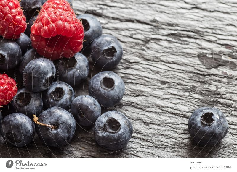 Blau- und Himbeeren auf Schieferplatte blau Sommer rot schwarz Herbst Gesundheit Stein Frucht süß Bioprodukte Vegetarische Ernährung Vitamin saftig Blaubeeren