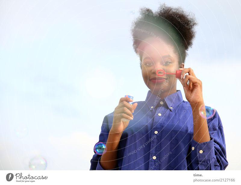 . Mensch Frau schön Erholung Freude Erwachsene Leben feminin Spielen Zufriedenheit Kreativität Lächeln Idee beobachten Freundlichkeit Neugier