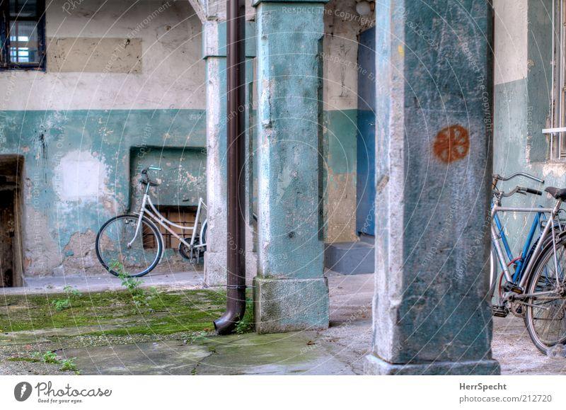 Hinterhof, türkis alt Haus Fenster Wand Mauer Gebäude Tür Fahrrad Fassade dreckig Rad schäbig Säule trashig Putz parken