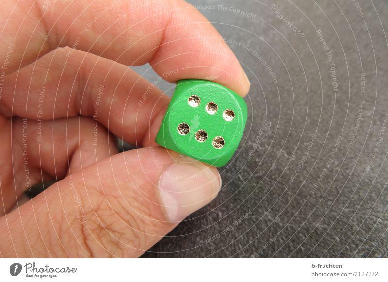 Sechs! Mann Erwachsene Hand Finger 30-45 Jahre Spielzeug Spielen grün Glück Würfel 6 Ziffern & Zahlen Punkt festhalten Spieler Glücksspiel Würfelspiel