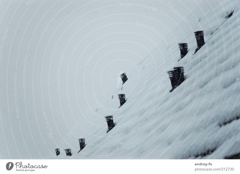 Im Winterschlaf. Schnee Haus Hütte Gebäude Dach Schornstein kalt Wärmeisolierung Winterstimmung schlechtes Wetter Jahreszeiten Klimaschutz Farbfoto