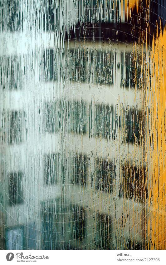 Sommerregen I schlechtes Wetter Regen Haus Bauwerk Gebäude Architektur Fenster Stadt Niederschlag Fensterfront Schliere Farbfoto