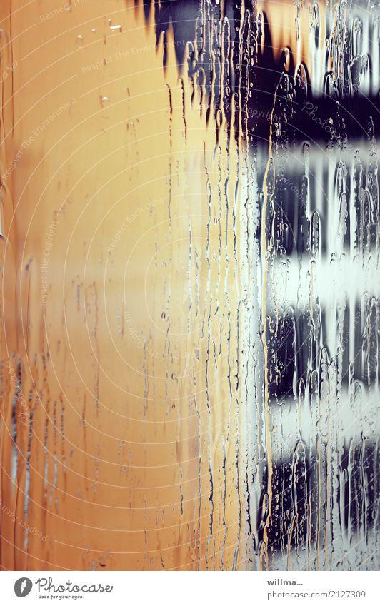 sommerregen II schlechtes Wetter Regen Haus Bauwerk Gebäude Architektur Giebelseite gelb Fenster Niederschlag Stadt Regenspuren nass Schliere Farbfoto