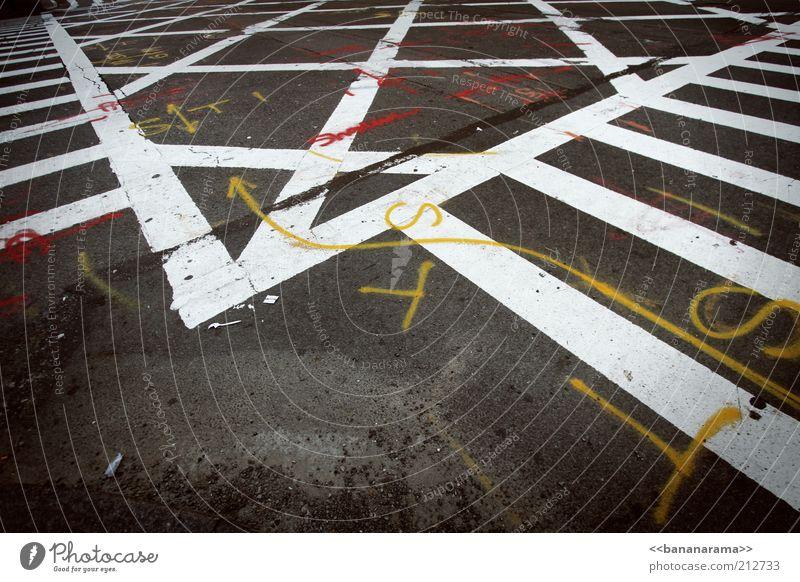 Immer der Beschriftung folgen weiß Straße Graffiti grau Stein Linie Schilder & Markierungen Beton Verkehr verrückt Schriftzeichen Boden Asphalt Zeichen Pfeil Verkehrswege