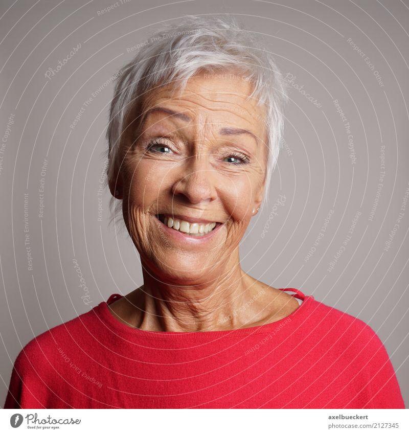 jung gebliebene Oma Mensch feminin Frau Erwachsene Weiblicher Senior Großmutter 1 60 und älter grauhaarig weißhaarig kurzhaarig alt authentisch Freundlichkeit