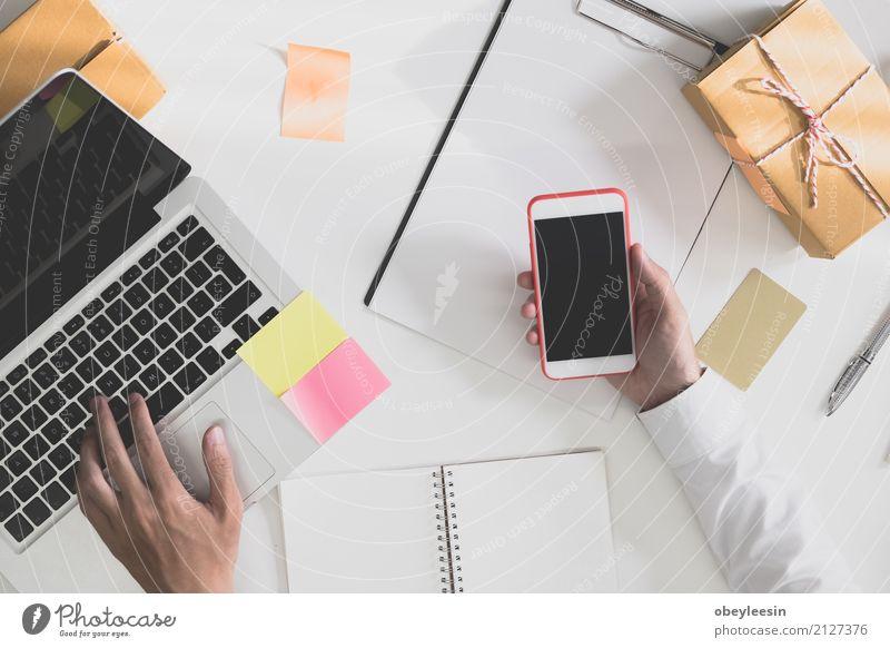 Berechnung der Portokosten eines kleinen Pakets, kaufen Glück schön Sofa Wohnzimmer Studium Student Beruf Mittelstand Notebook Internet Frau Erwachsene