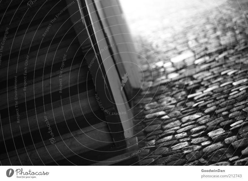 durch die Gassen von Regensburg II Treppe Treppenhaus Kopfsteinpflaster Pflasterweg Unterführung Stein Holz alt Wärme grau Stimmung Schwarzweißfoto