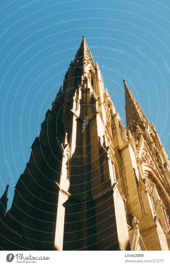 Kirche in New York City St. Patricks Kathedrale Manhattan Gotteshäuser Religion & Glaube aufwärts himmelwärts Vor hellem Hintergrund Freisteller Kirchturmspitze