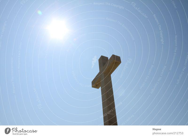 Kreuz in der Mittagssonne Stimmung Religion & Glaube Vertrauen Denkmal Blauer Himmel Zeit