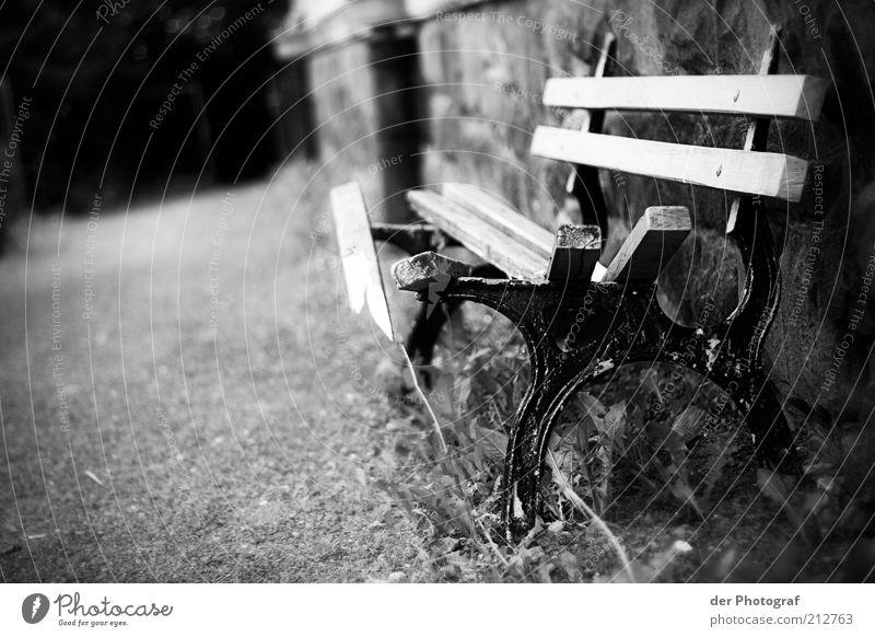 Broken bench Parkbank Holz Metall kaputt gebrochen alt Schwarzweißfoto Außenaufnahme Tag Bank Holzbrett Verfall Menschenleer Wege & Pfade trist Mauer