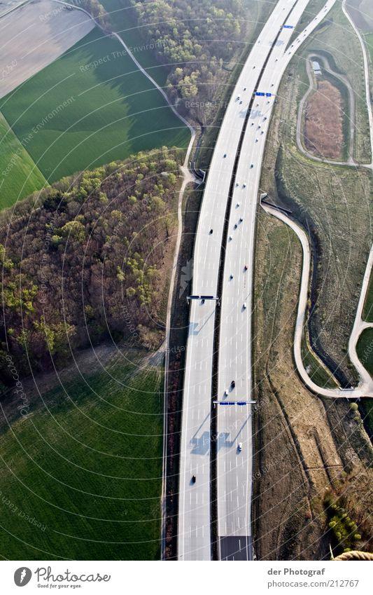 Like ants Landschaft Verkehrswege Autobahn losgelöst Boden Freiheit Farbfoto Außenaufnahme Luftaufnahme Textfreiraum links Textfreiraum rechts Tag