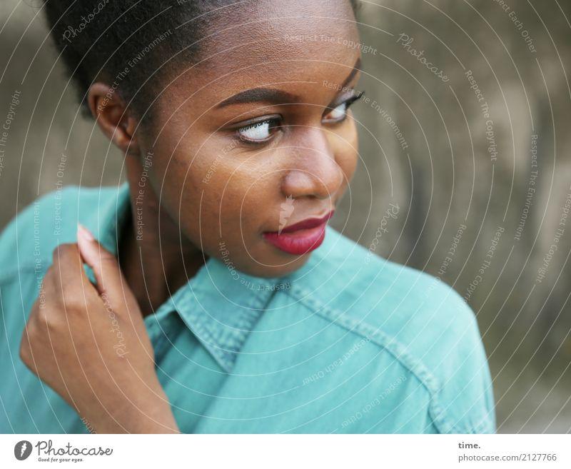 Arabella Lippenstift feminin Frau Erwachsene 1 Mensch Hemd schwarzhaarig kurzhaarig beobachten Blick warten ästhetisch authentisch schön selbstbewußt