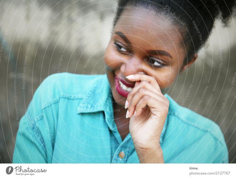 Arabella schön feminin Frau Erwachsene 1 Mensch Mauer Wand Hemd schwarzhaarig langhaarig Locken beobachten festhalten Lächeln lachen Blick Freundlichkeit