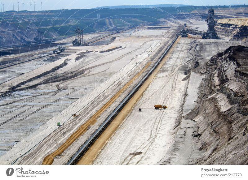 Das große Loch blau Ferne Arbeit & Erwerbstätigkeit Sand braun Erde Industrie Energiewirtschaft Zerstörung Industrieanlage Umweltverschmutzung Bergbau Kohle