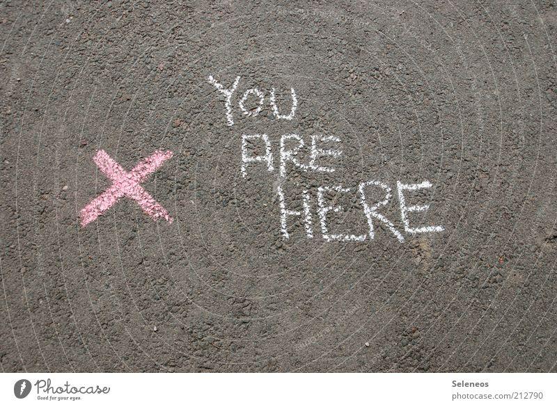 Standortbestimmung Straße Spielen grau rosa Schilder & Markierungen Schriftzeichen Freizeit & Hobby Asphalt Zeichen Kreuz Hinweisschild Zeit Kreide Kunst
