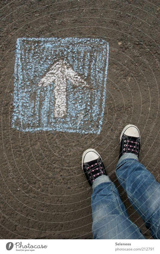 Einbahnstraße Mensch Straße Spielen Fuß Schuhe Beine Schilder & Markierungen Verkehr Jeanshose stehen Freizeit & Hobby Asphalt Pfeil Zeichen Hinweisschild