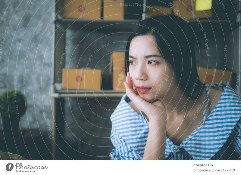 asiatische Frau, die alleine im Haus sitzt Mensch Mann Einsamkeit Gesicht Erwachsene Traurigkeit Denken Angst Verkehr Herz Armut Asien Wut Schmerz Gewalt