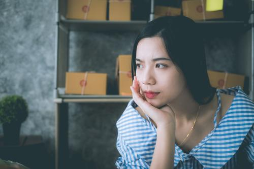 Mensch Mann Einsamkeit Gesicht Erwachsene Traurigkeit Denken Angst Verkehr Herz Armut Asien Wut Schmerz Gewalt Verzweiflung