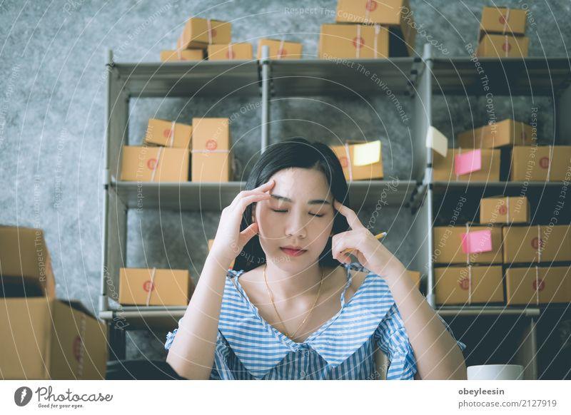 asiatische Frau, die alleine im Haus sitzt Gesicht Mensch Mann Erwachsene Verkehr Herz Denken Traurigkeit weinen Armut Wut Schmerz Einsamkeit Angst Verzweiflung