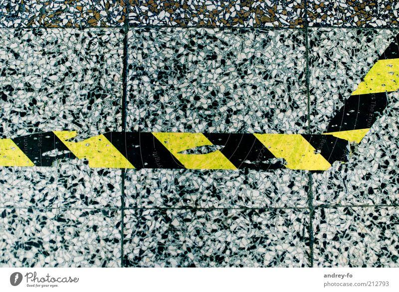 Grenze weiß schwarz gelb grau Stein Beton Schilder & Markierungen Verkehr Industrie Technik & Technologie Güterverkehr & Logistik Boden Streifen Fliesen u. Kacheln Zeichen Flughafen