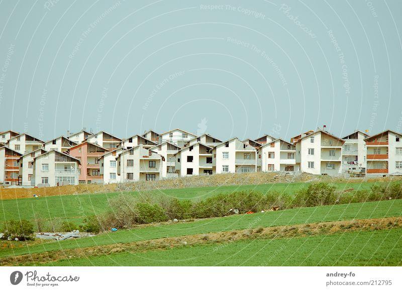 Modernes Dorf Sommer Häusliches Leben Wohnung Haus Traumhaus Hausbau Baustelle Wiese Kleinstadt bevölkert Einfamilienhaus Bauwerk Gebäude Balkon Fenster bauen