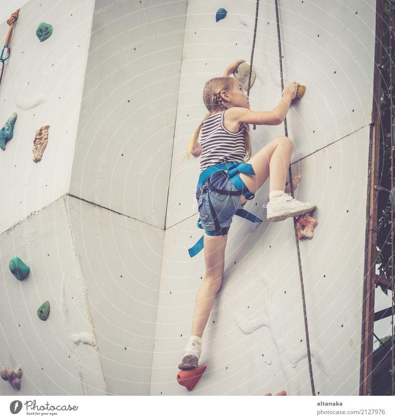 kleines Mädchen, das eine Felsenwand im Freien klettert. Mensch Kind Frau Ferien & Urlaub & Reisen Hand Freude Erwachsene Sport Spielen Freizeit & Hobby Park