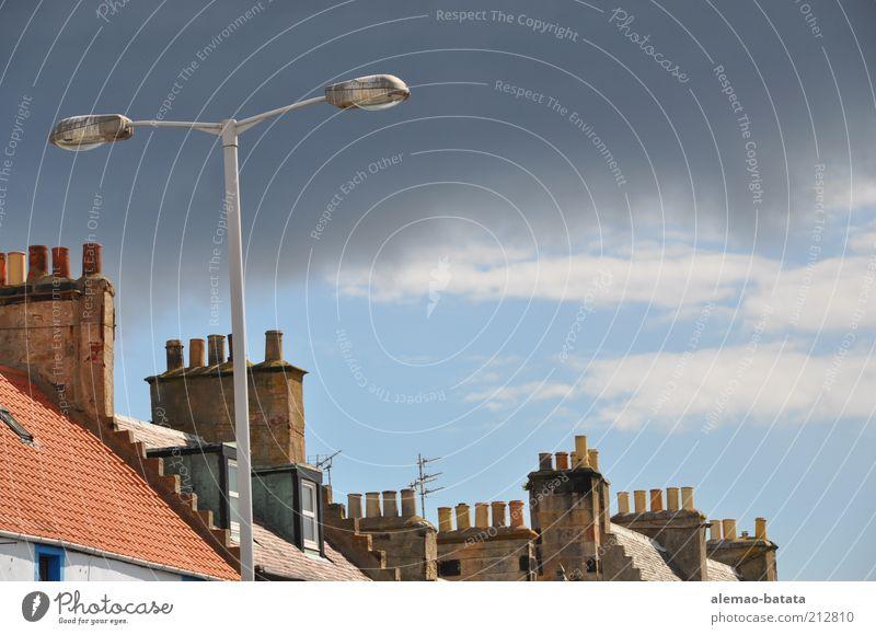 scottish smoke pipe Himmel Wolken Gewitterwolken Sonnenlicht Wetter schlechtes Wetter Schottland Fischerdorf Kleinstadt Altstadt Haus Dach Schornstein grau rot