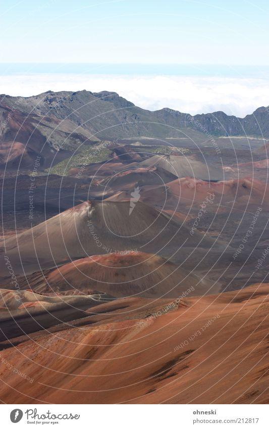 Haleakala Landschaft Urelemente Erde Luft Hügel Berge u. Gebirge Vulkan Unendlichkeit Ferne Farbfoto Textfreiraum oben Totale Himmel trist Menschenleer Dürre