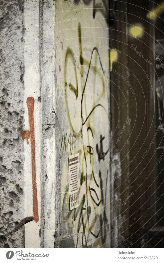 Hausecke im Kiez Jugendkultur Subkultur Punk Ruine Mauer Wand Fassade Tür Stein Beton Holz Graffiti rebellisch mehrfarbig grau Aggression Armut chaotisch Farbe