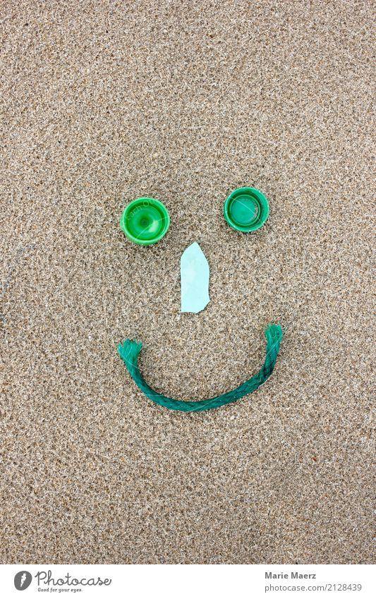 Recyling freut die Umwelt. Smiley Figur aus Plastikmüll. Sand Strand machen Glück nachhaltig grün Tugend Verantwortung Hilfsbereitschaft Inspiration Klima Kunst